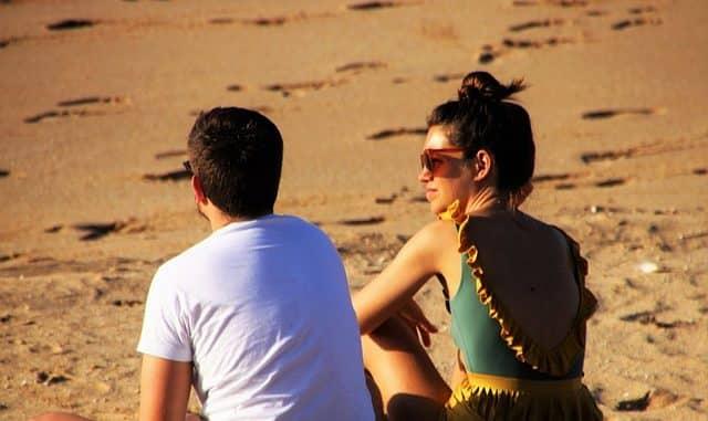 deux jeunes personnes sur la plage