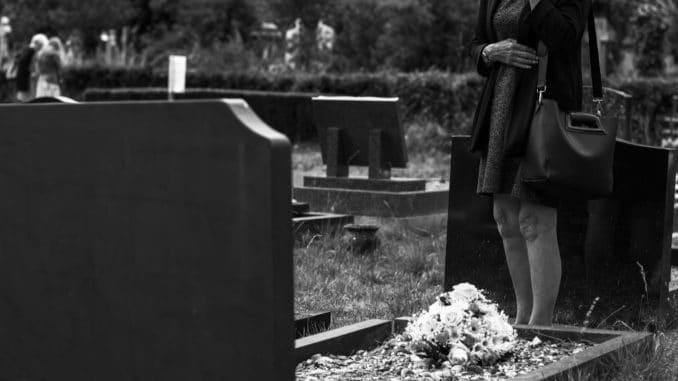 pierre tombale au cimetière