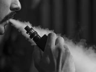 homme fumant eliquid