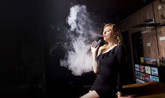femme avec cigarette électronique