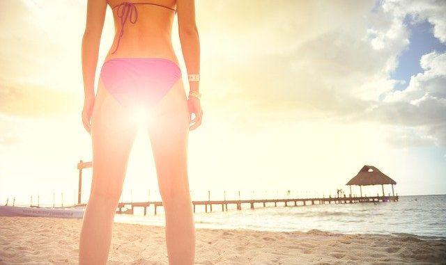 femme en bikini avec de belles cuisses