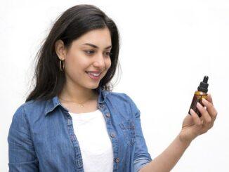 femme avec de l'huile de cbd