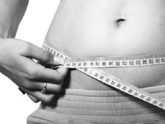 femme mesurant son tour de ventre