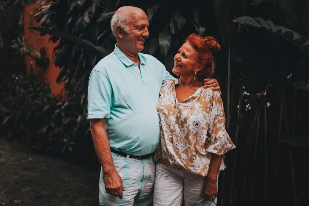 Couple de personnes âgées heureux se baladant