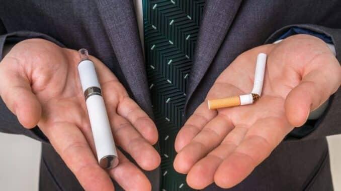 deux cigarettes dans une main