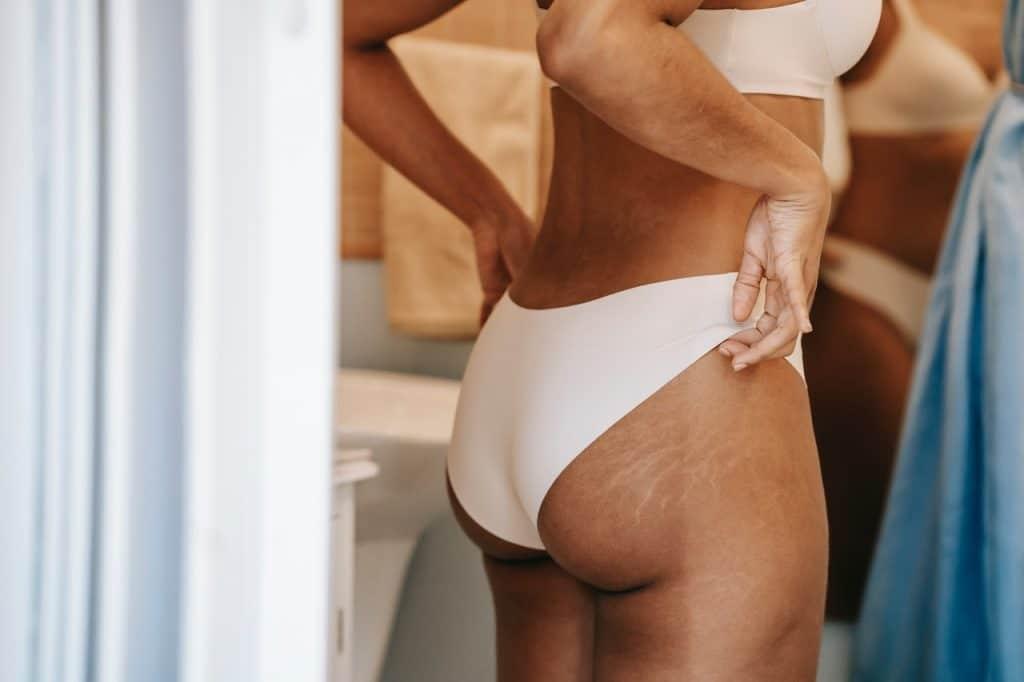 Femme de dos portant une culotte blanche